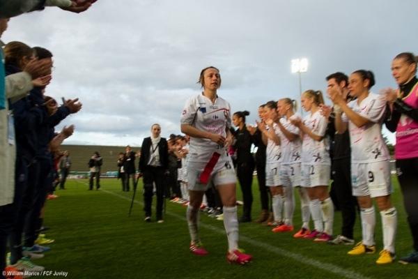 Saindrine Soubeyrand a eu le droit à une haie d'honneur après le match contre le PSG. Elle mettra un terme à une carrière sportive exemplaire le week-end prochain (Photo William Morice)