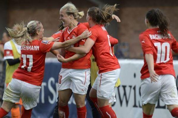 Lara Dickenmann, à gauche, et la Suisse iront au Canada en juin prochain (photo football ch)