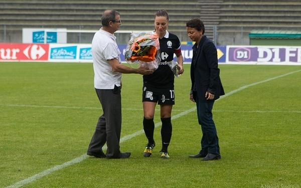Gaëtane Thiney reçoit le trophée de meilleure joueuse de D1 décerné par la FFF par Philippe Bourgeois et Marie-Christine Terroni (photo A.Nelson Sindfoul)