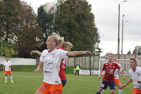 Beau duel aérien remporté par la précieuse Sofia Jakobsson.