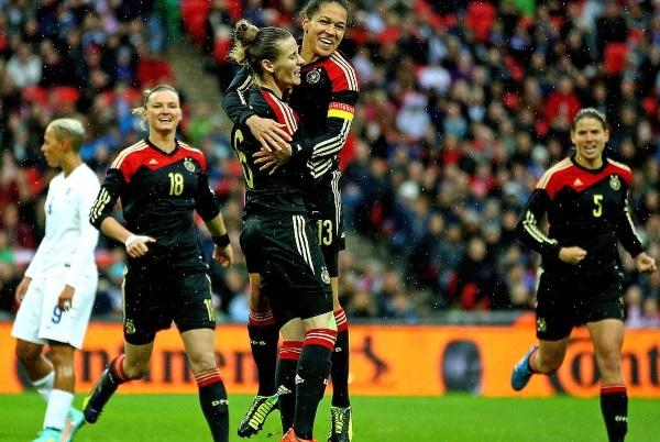 Celia Sasic félicitée pour son premier but (photo DFB)