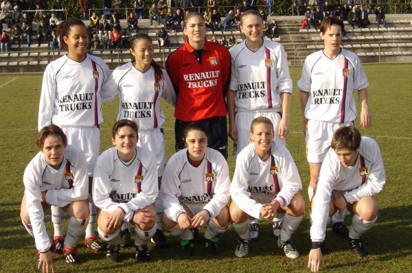 Le onze lyonnais avec les cinq Américaines face à Juvisy en février 2005 (photo archive footofeminin.fr)