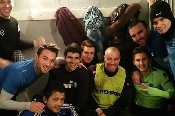 Mathieu Chalmé entouré de ses coéquipiers, lors de son premier entraînement à Lège il y a quelques semaines... La joie de retrouver l'ambiance d'un vestiaire... (photo : twitter, Jordan Galtier)