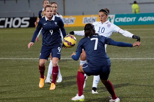 La capitaine américaine Carli Lloyd en difficulté devant Kenza Dali et Eugénie Le Sommer (photo S Duret)
