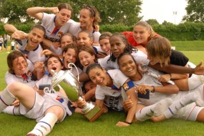 Le seul trophée décroché lors d'un match à domicile pour l'OL (photo archive footofeminin)