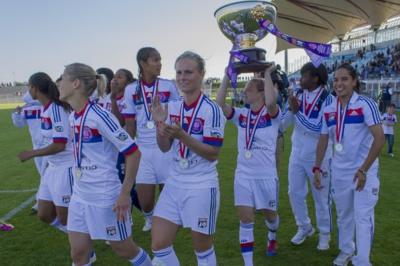 Eugénie Le Sommer hisse le trophée (photo Eric Baledent/LMP)