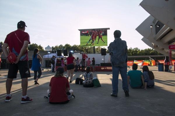 Match d'ouverture à Edmonton mais 3500 km à l'Est, à Montréal aussi les supporters canadiens veulent croire à un exploit.
