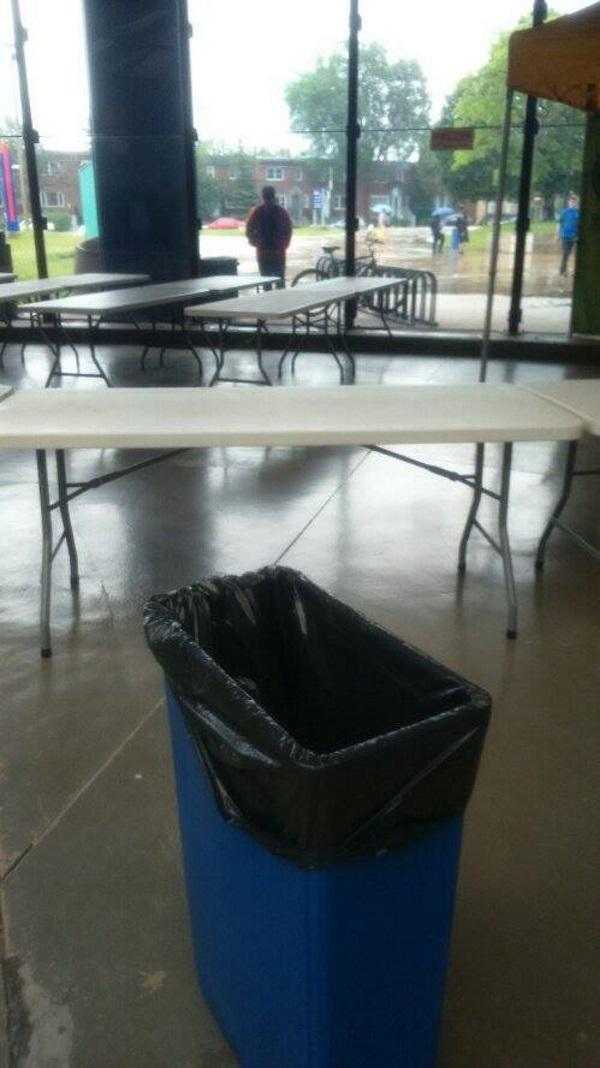 Pour finir une petite inquiétude? La semaine dernière lorsqu'il pleuvait, il y avait des fuites dans le hall du stade. On avait installé des poubelles pour recueillir l'eau. Espérons que le toit tienne.
