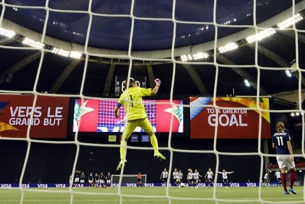 Angerer repousse la tentative de Lavogez (photo FIFA.com)