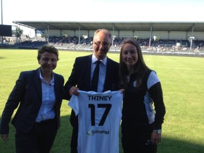 La Présidente de Juvisy Marie-Christine Terroni et Gaëtane Thiney ont offert un match au Président angevin, Saïd Chabane (photo FCF Juvisy)