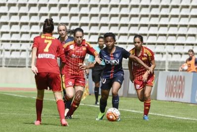 Perle Morroni, à la lutte avec Solène Barbance, était titulaire à gauche (photo PSG.fr)