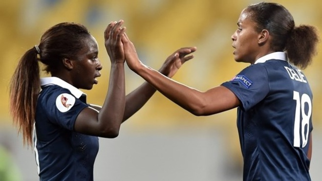 Asseyi et Delie se congratulent après l'ouverture du score (photo UEFA.com)