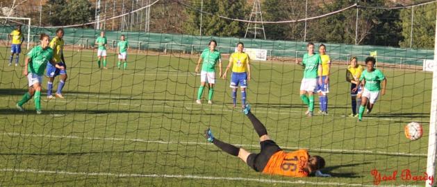 Carré détourne le penalty de Peruzzetto (photo Yoel Bardy)