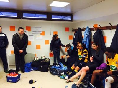 Le Maire de Poissy, Karl Olive, venu réconforter les joueuses malgré la défaite (photo facebook)