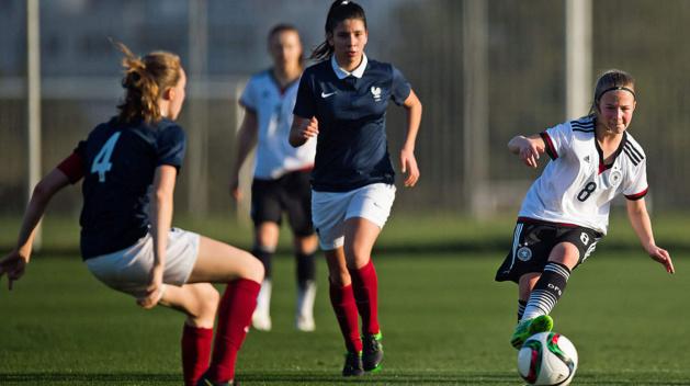 La capitaine Goetsch (de dos) et la France s'inclinent à nouveau contre l'Allemagne de Kristin Kögel (photo DFB)