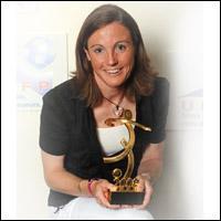Sonia Bompastor avec le trophée (photo : OL)