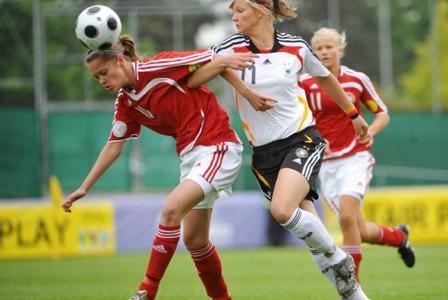 Duel entre Popp et Hohol (photo : UEFA)
