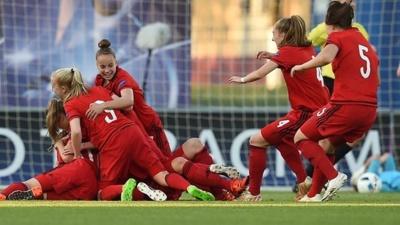 Duel acharné entre Allemandes et Anglaises (photo UEFA.com)