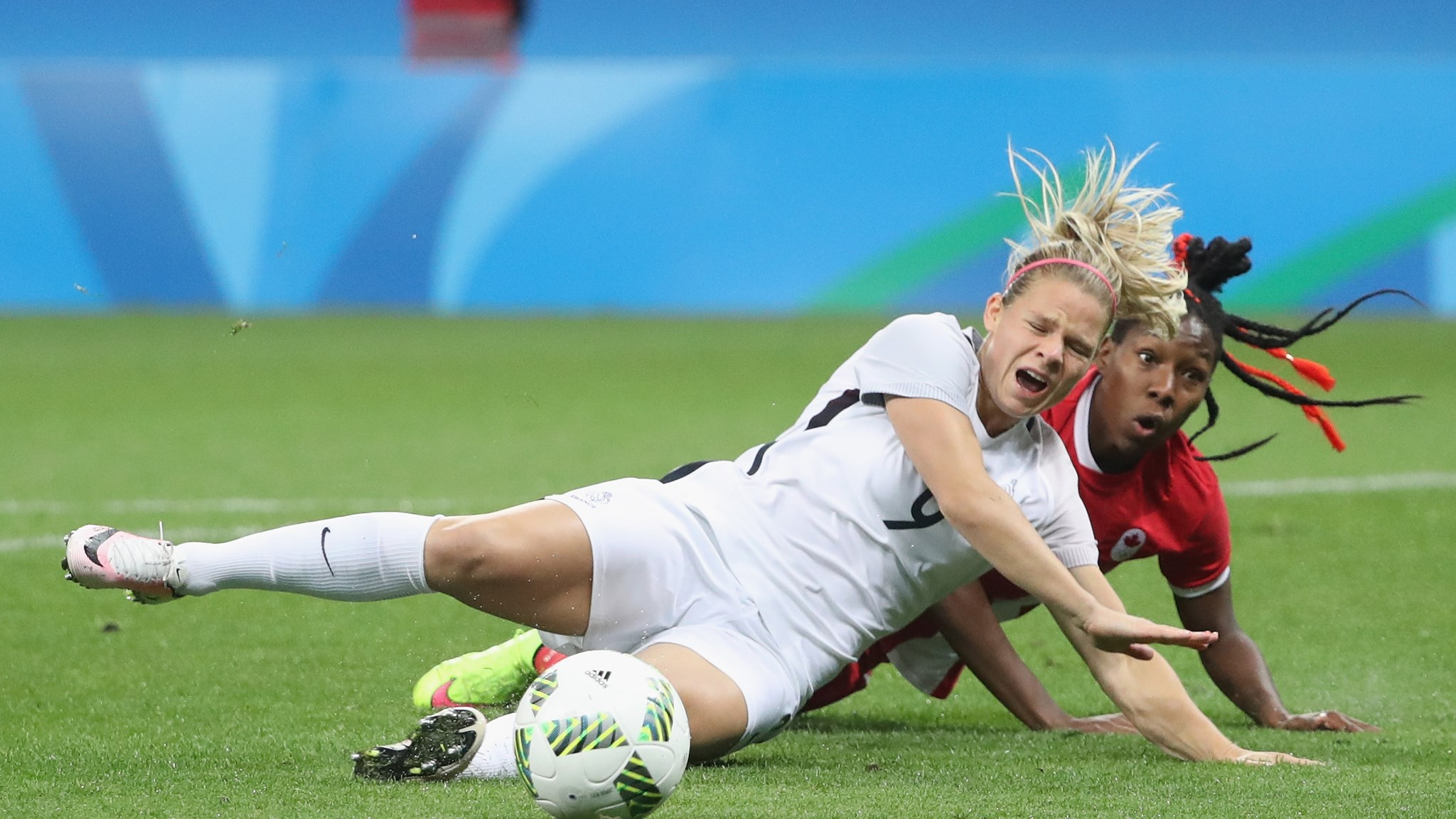 Le Sommer aurait pu obtenir un penalty sur ce tacle de Buchanan (photo FIFA.com)