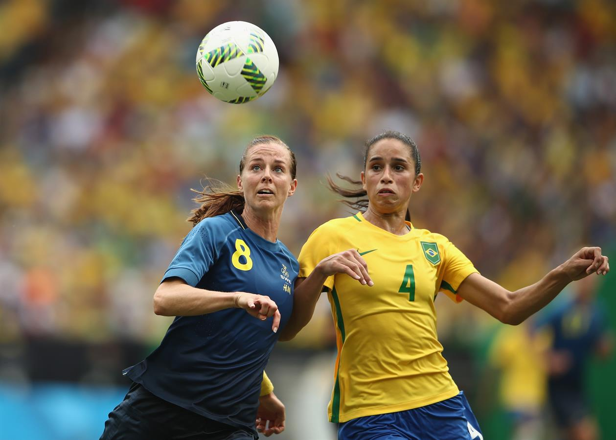 Schelin face à Rafaelle (photo FIFA.com)
