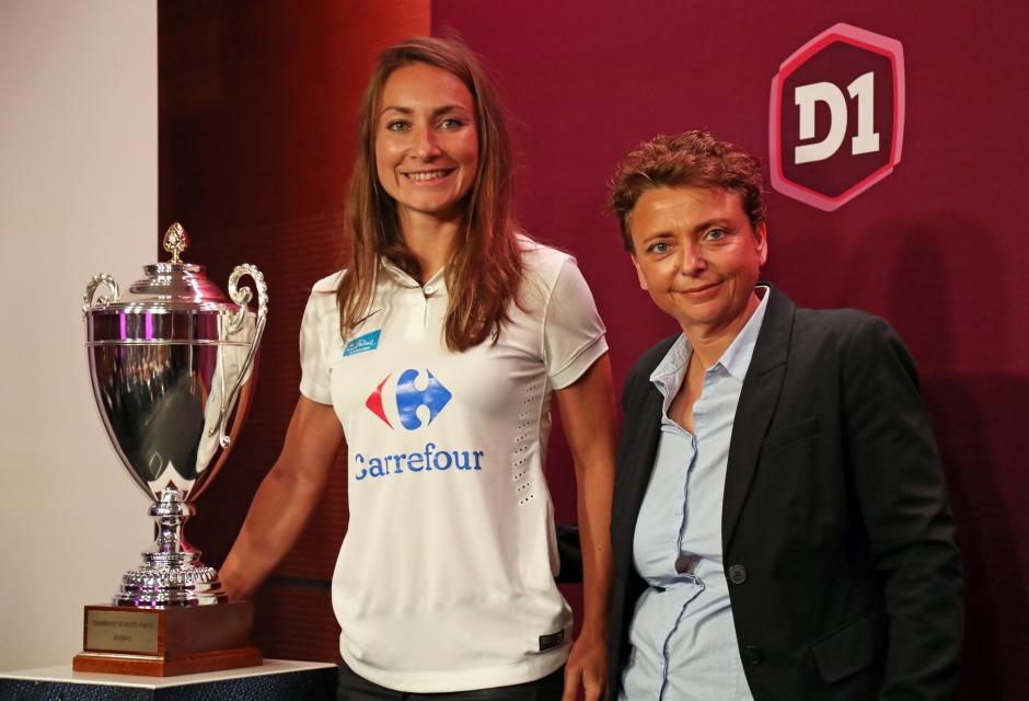 Thiney et sa présidente avec le trophée du championnat (photo Aurélien Durand/FFF)