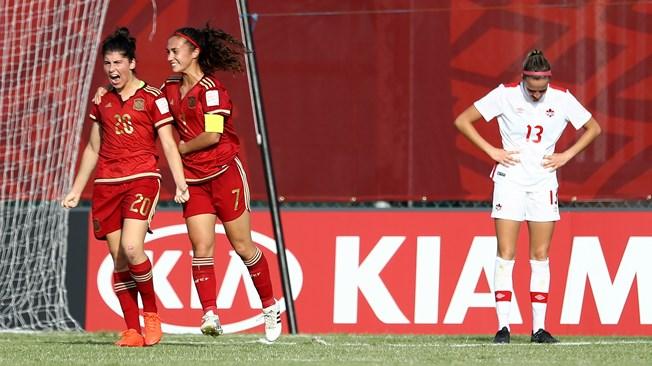 Lucia Garcia exprime sa joie, félicitée par Nahikari Garcia (photo FIFA.com)