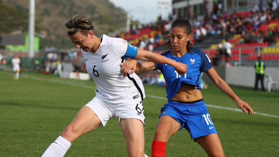 Matéo face à la capitaine néo-zélandaise Moore (photo FIFA.com)