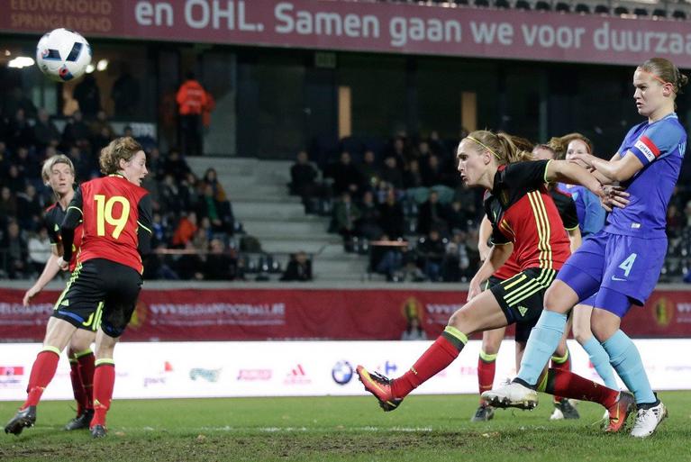 Belgique - Pays-Bas avec un duel entre Janice Cayman et Mandy Van Den Berg (photo KNVB)