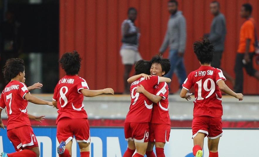 Ri Hyang Sim félicitée après son but victorieux (photo FIFA.com)