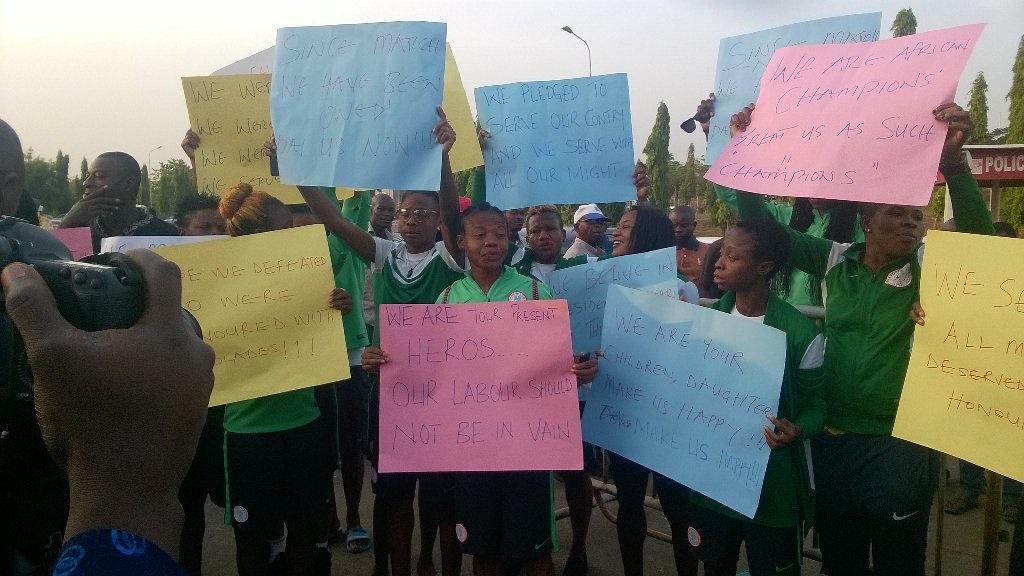 Les joueuses manifestant ce mercredi devant l'Assemblée nationale (photo DR)