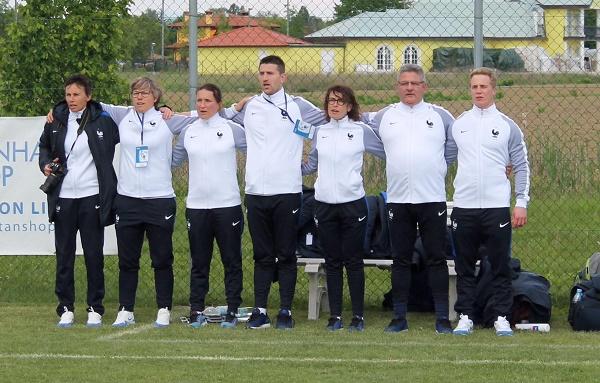 Le staff des U16 pendant l'hymne national (photo Sébastien Duret)
