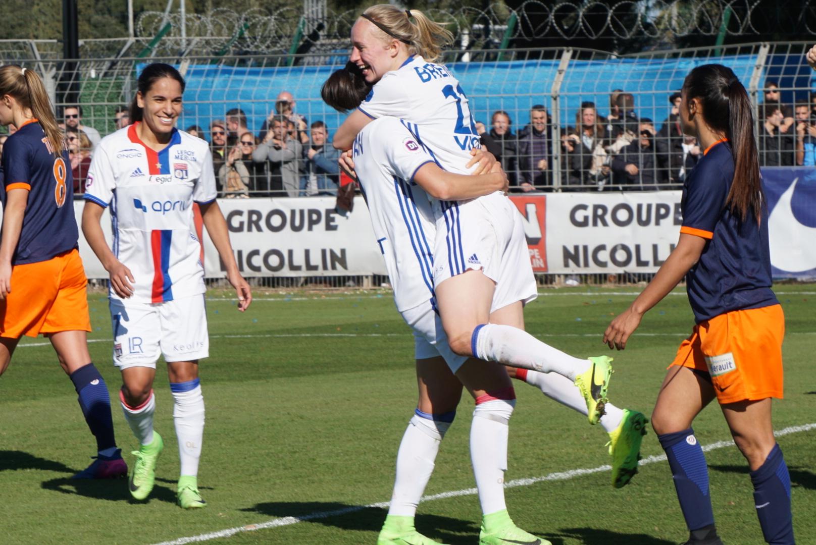 Bremer félicitée pour son but (photo footofeminin.fr)