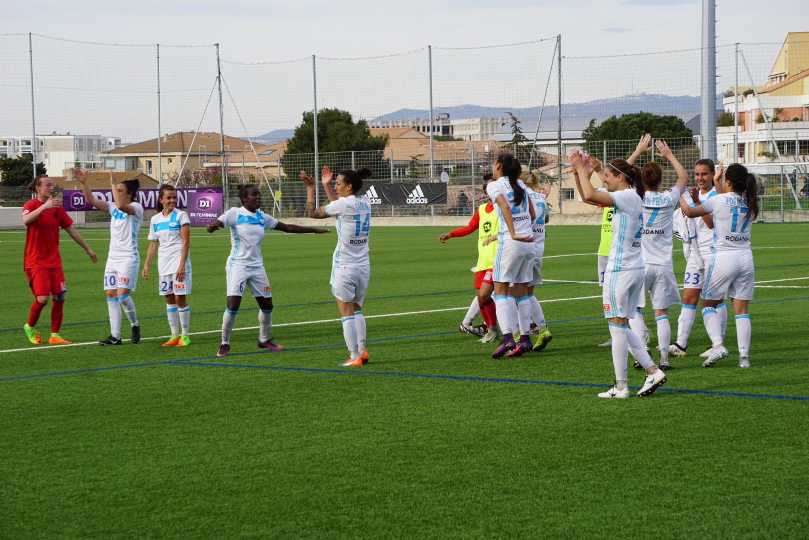 Les Olympiennes fêtent leur victoire historique avec le public (photo footofeminin.fr)