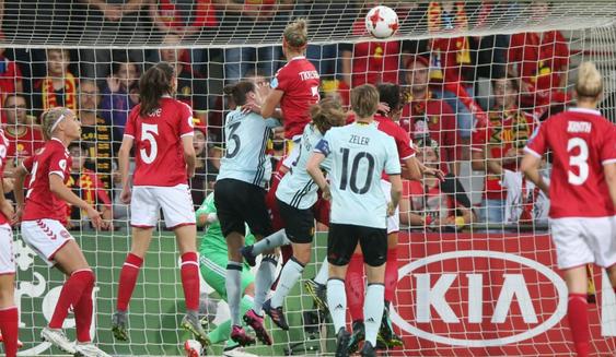 Le coup de tête de Troelsgaard (photo UEFA.com)