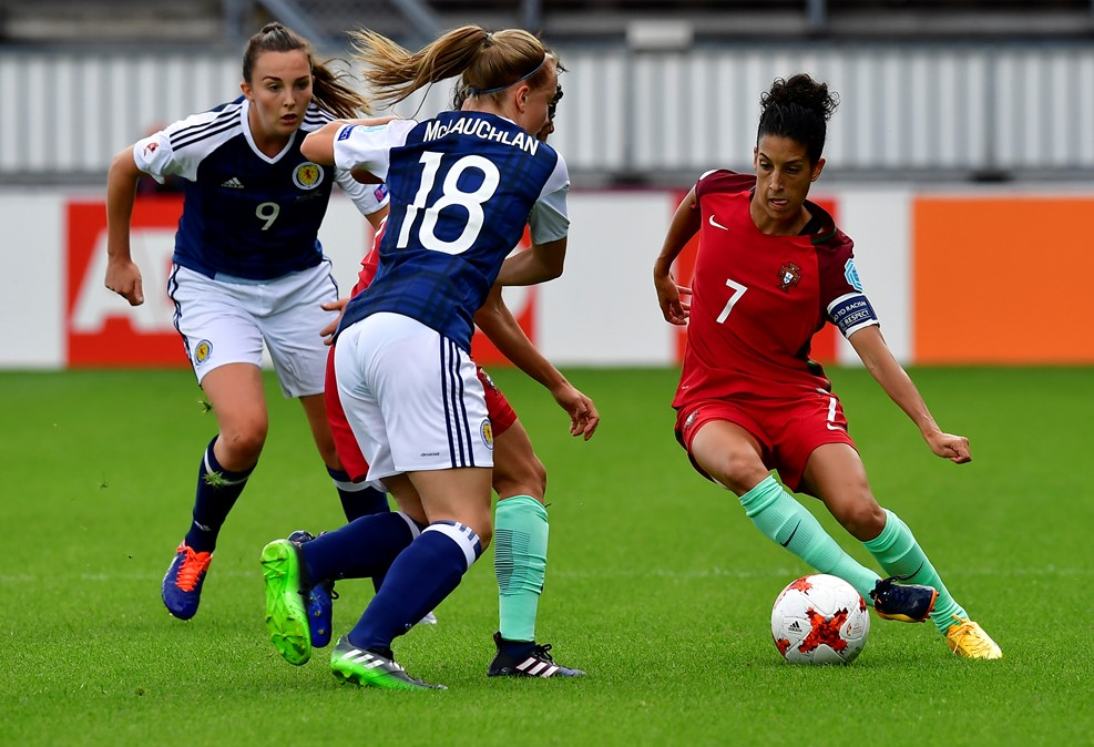 La capitaine Claudia Neto du Portugal devant McLauchlan (photo UEFA.com)