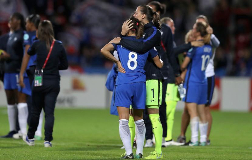 Houara d'Hommeaux réconfortée par Laëtitia Philippe (photo UEFA.com)