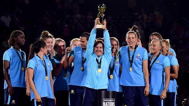 Lisa De Vanna hisse le trophée remporté aux Etats-Unis par l'Australie