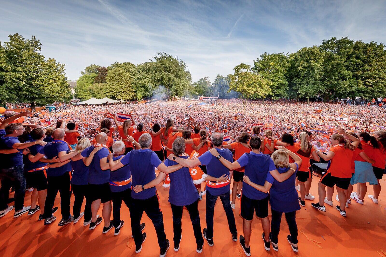 Les Néerlandaises fêtent le titre avec leurs supporters (photo KNVB)