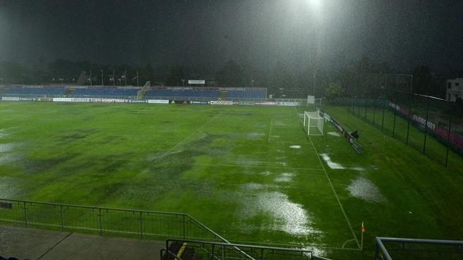 Le terrain gorgé d'eau nécessitant deux heures d'interruption (photo UEFA.com)