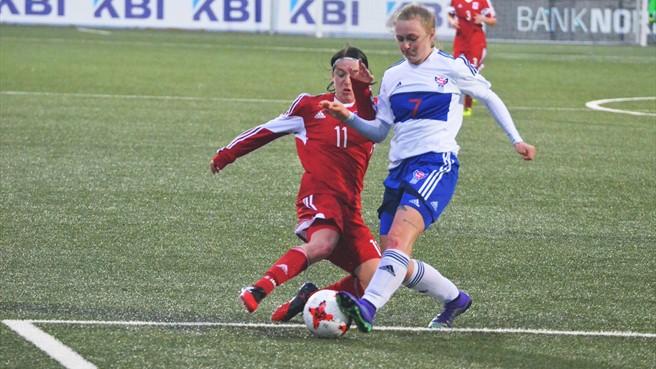 Ásla Johannesen, à gauche, en action avec sa sélection féroïenne (photo UEFA.com)