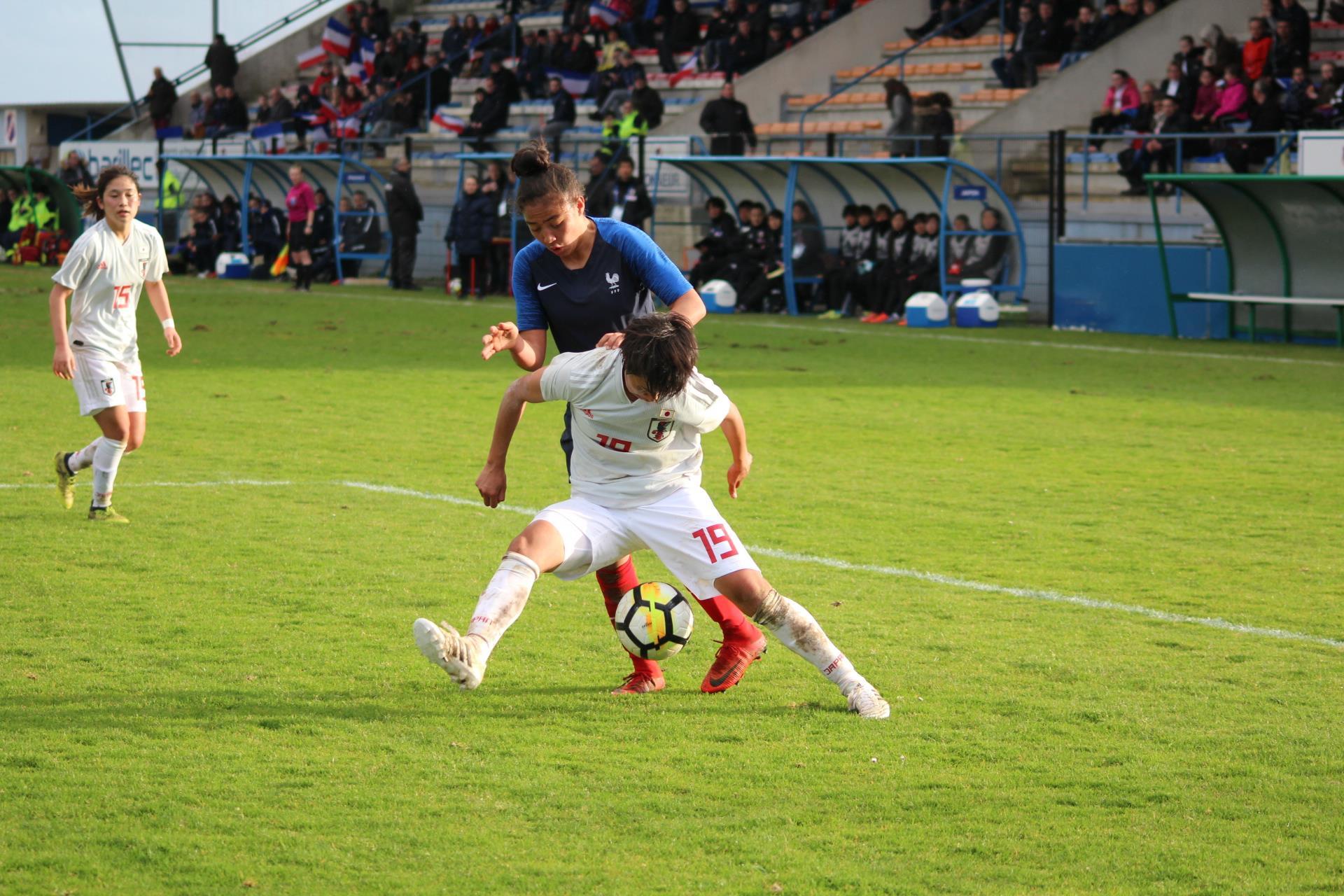 Bacha tente de passer devant Ushijima (photo Ligue de Bretagne)