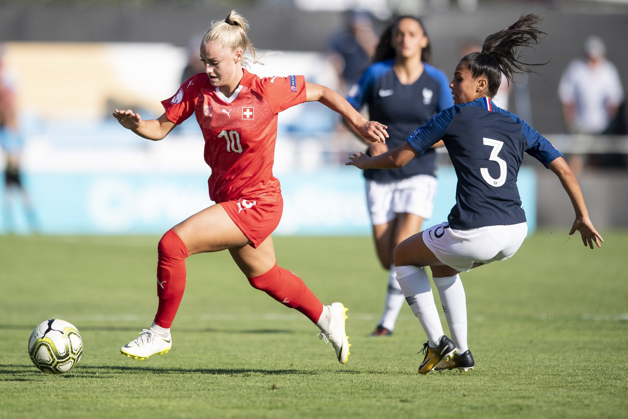 Lehmann qui déborde Bourma, a permis à la Suisse d'accrocher le nul (photo UEFA)