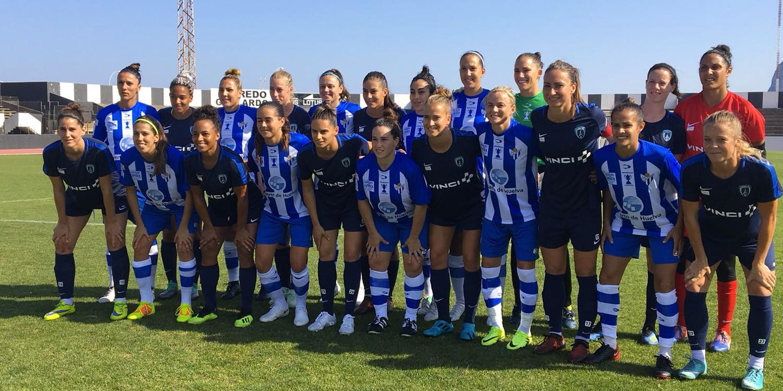 Les deux équipes avant la rencontre (photo Paris FC)