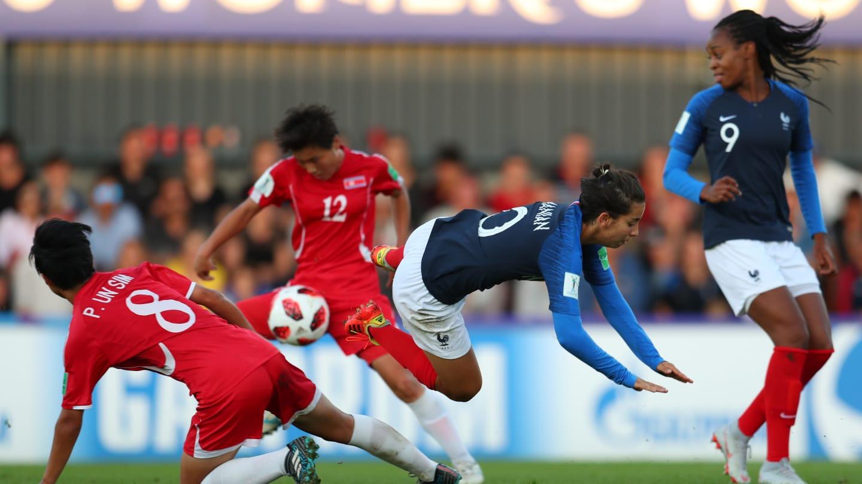 Dure bataille pour Zamanian ici avec Katoto entrée en seconde période (photo FIFA.com)