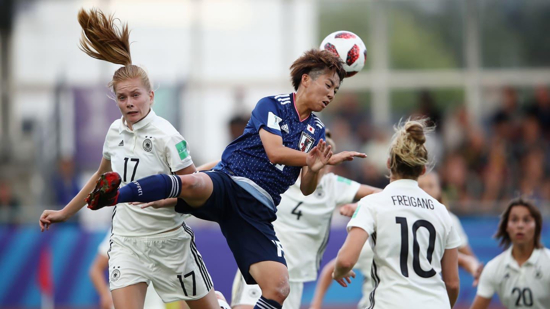Riko Ueki dans un duel aérien avec Nuesken (photo FIFA.com)