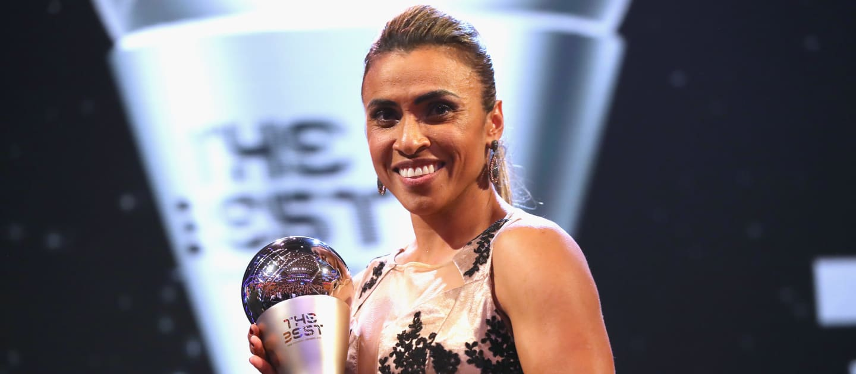 Marta avec le trophée remporté en 2018 (photo FIFA.com)