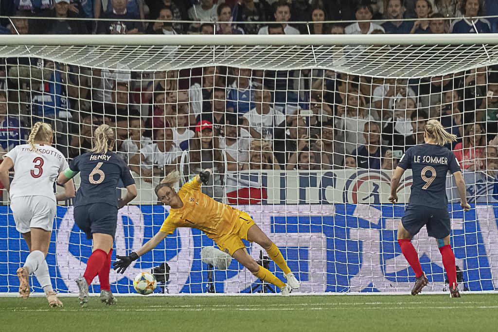 Le penalty réussi par Le Sommer (photo Eric Baledent/FOF)