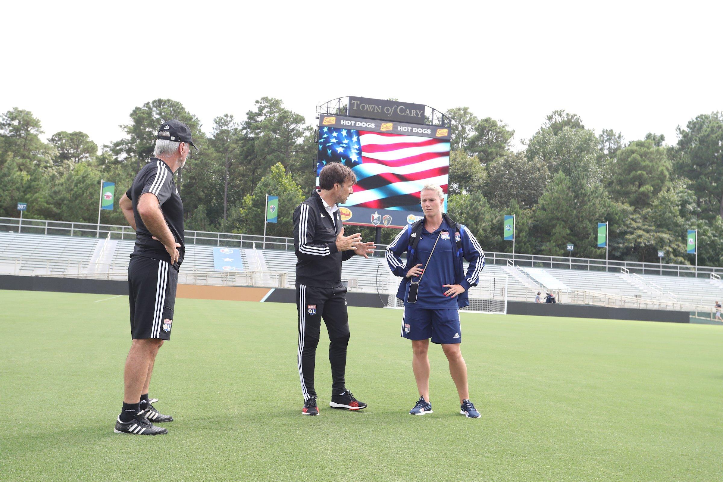 Jean-Luc Vasseur, le nouvel entraîneur de l'OL en discussion avec Amandine Henry (photo OL)