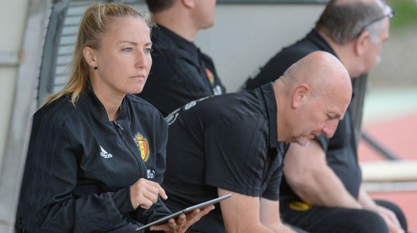 Stéphanie Spielmann avec le staff belge dans le cadre du programme de mentorat organisé par la FIFA