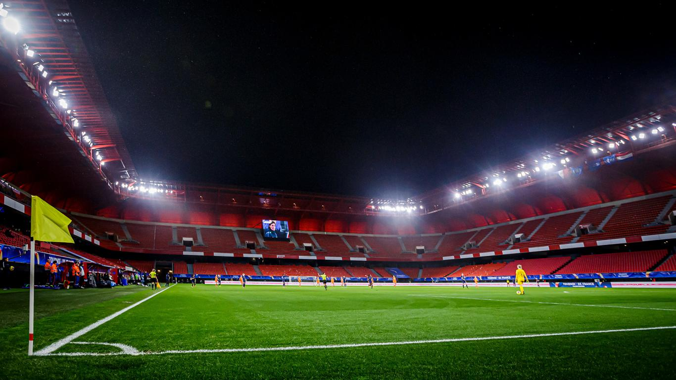Le Stade du Hainaut aura sonné creux avec quelque 150 personnes autorisées (photo KNVB)